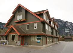 Squamish Adventure Inn - Squamish - Building