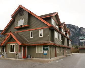 Squamish Adventure Inn - Squamish - Building
