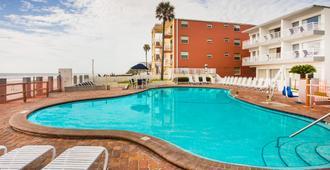 Days Inn by Wyndham Ormond Beach Mainsail Oceanfront - Ormond Beach - Piscina
