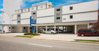 Days Inn by Wyndham Ormond Beach Mainsail Oceanfront - Ormond Beach - Κτίριο