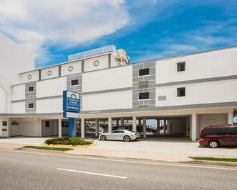 Days Inn by Wyndham Ormond Beach Mainsail Oceanfront - Ormond Beach - Gebäude