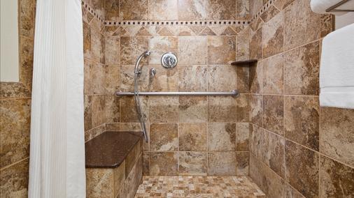 Best Western Plus Longbranch Hotel & Convention Center - Cedar Rapids - Phòng tắm