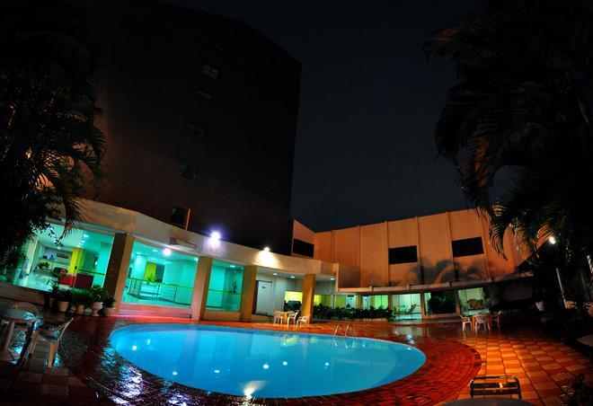Biss Inn Hotel - Goiânia - Piscina