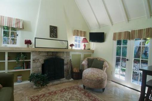 Edgemere Cottages - Carmel-by-the-Sea - Living room