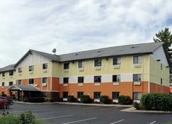 Days Inn & Suites by Wyndham Traverse City - Traverse City - Building