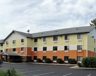 Days Inn & Suites by Wyndham Traverse City - Traverse City - Rakennus