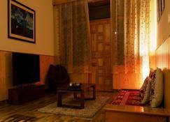 Amneu Forest Way Cottage - Manāli - Living room