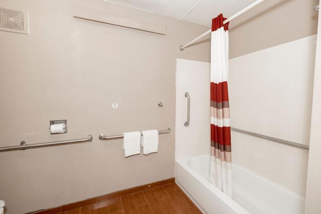 Red Roof Inn Jackson Downtown - Fairgrounds - Jackson - Bathroom