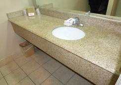 Red Roof Inn Memphis - Airport - Memphis - Bathroom