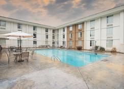 Red Roof Inn Knoxville Central - Papermill Road - Ноксвилл - Здание