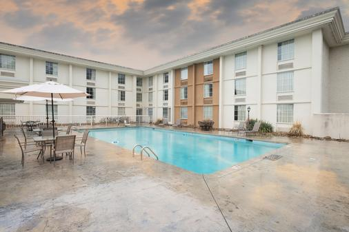Red Roof Inn Knoxville Central - Papermill Road - Knoxville - Rakennus