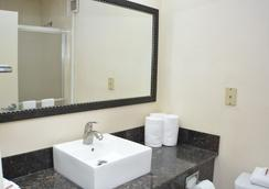 Red Roof Plus+ & Suites Chattanooga - Downtown - Chattanooga - Bathroom