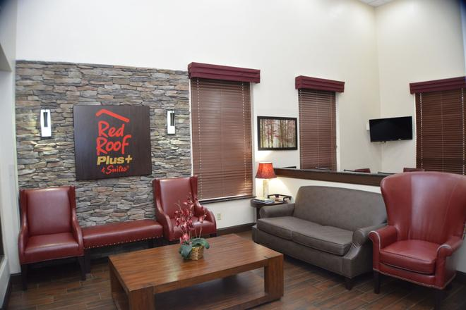 Red Roof Plus+ & Suites Chattanooga - Downtown - Chattanooga - Living room