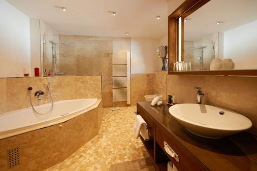 Boutique Hotel Herzhof - Riezlern - Bathroom