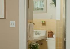 Ship's Knees Inn - Orleans - Bathroom
