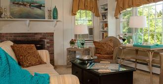 Ship's Knees Inn - Orleans - Living room