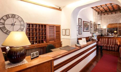 Hotel Madrid - Rome - Front desk