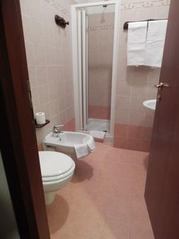 Ostello Victor Center - Capodacqua - Bathroom