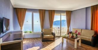 Hawaii Suite Beach Hotel - אלניה - סלון