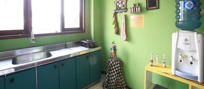 RedDoorz @ Pangeran Antasari - South Jakarta - Kitchen