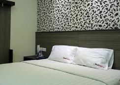 RedDoorz @ Istana Kuta Galeria - Denpasar - Bedroom