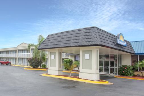 Days Inn by Wyndham Titusville Kennedy Space Center - Titusville - Rakennus