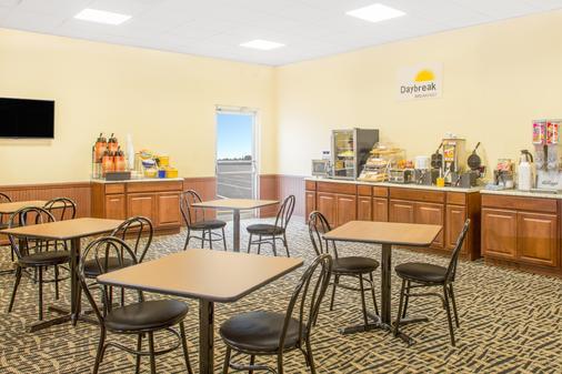 Days Inn by Wyndham Titusville Kennedy Space Center - Titusville - Buffet