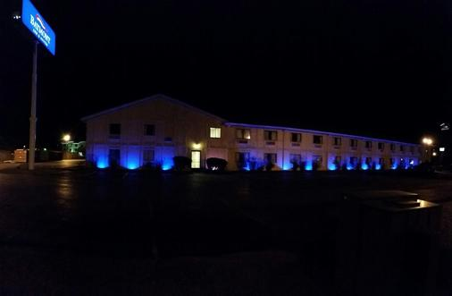 Baymont Inn & Suites Perrysburg - Perrysburg - Gebäude