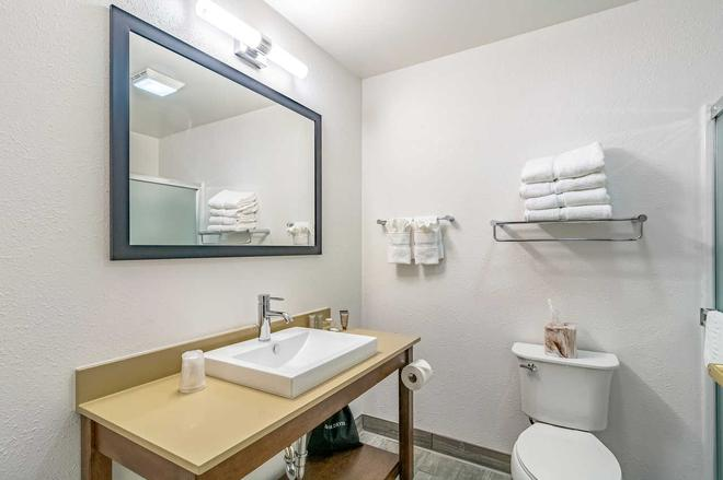 Riverview Inn and Suites Ascend Hotel Collection - Rockford - Baño