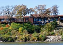 Riverview Inn and Suites Ascend Hotel Collection - Rockford - Building