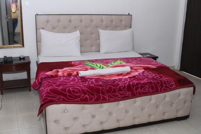 Hotel The Desire - New Delhi - Bedroom