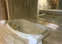 Fairbridge Hotel & Conference Center Yakima - Yakima - Bathroom