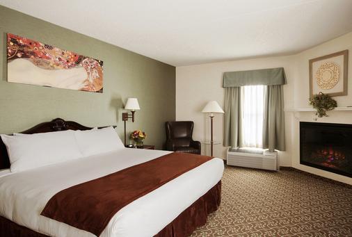 D. Hotel & Suites - Holyoke - Bedroom