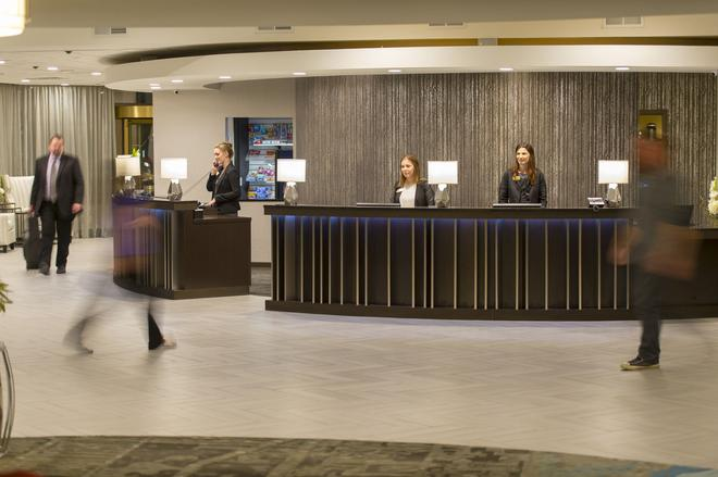 The Madison Concourse Hotel and Governor's Club - Madison - Front desk