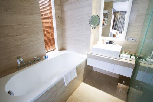 Holiday Beach Danang Hotel & Resort - Da Nang - Bathroom