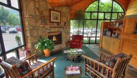 Howard Johnson by Wyndham Downtown Gatlinburg - Gatlinburg - Living room