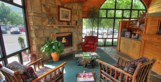 Howard Johnson by Wyndham Downtown Gatlinburg - Gatlinburg - Sala de estar