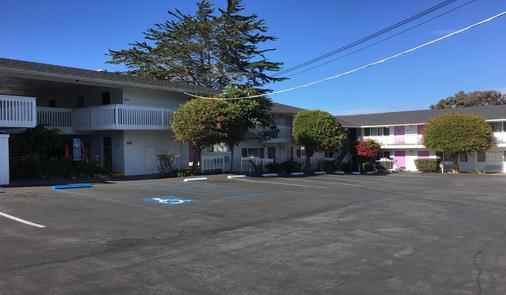 Stargazer Inn and Suites - Monterey - Building