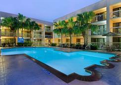 休士頓哈比機場希爾頓酒店 - 休士頓 - 休斯頓 - 游泳池