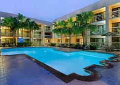DoubleTree by Hilton Houston Hobby Airport - Хьюстон - Бассейн