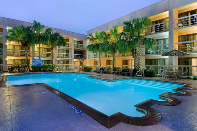 休士頓哈比機場希爾頓酒店 - 休士頓 - 休士頓 - 游泳池