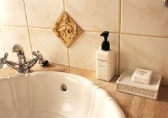 Whispering Oaks - George - Bathroom