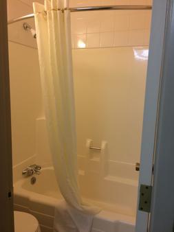 Super 8 by Wyndham Lethbridge - Lethbridge - Bathroom