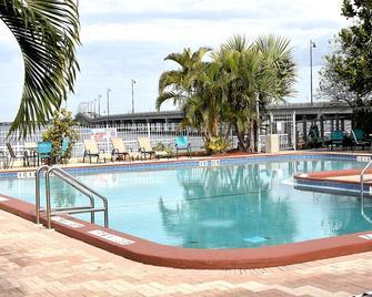 Punta Gorda Waterfront Hotel and Suites - Punta Gorda - Pool