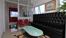 RedDoorz Plus @ Guntur Raya Setiabudi - Jakarta - Living room