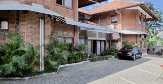 RedDoorz Plus near Dago Pakar - Bandung - Building