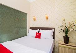 RedDoorz Plus @ Cideng Barat - Jakarta - Bedroom
