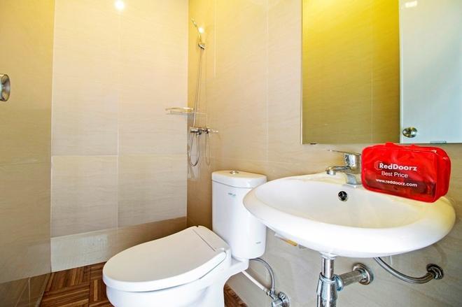 RedDoorz Plus @ Cideng Barat - Jakarta - Bathroom