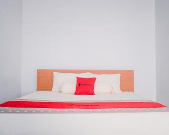 RedDoorz near Sirkuit Sentul - Babakan Madang - Bedroom