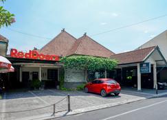 RedDoorz Plus @ Purwosari - Surakarta City - Edificio